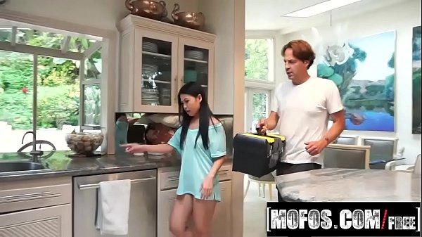 Mulher Vietnamita seduz o encanador e acaba fodendo