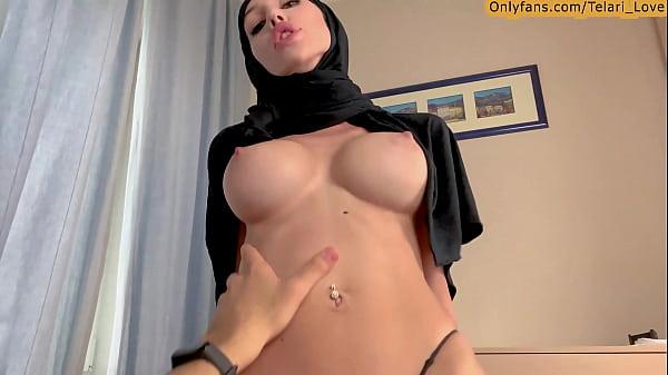 Árabe peituda fode com um estranho