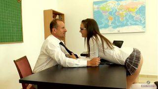 Garota safada seduz seu professor