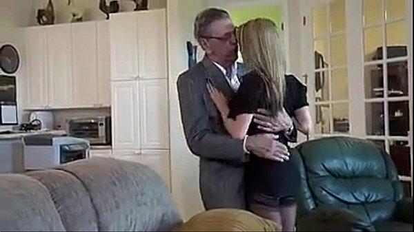 Jovem loira fica com sua vagina quebrada por homem mais velho
