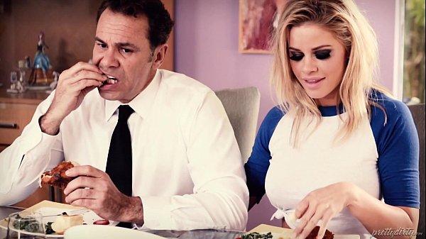 Loira peituda Jessa Rhodes quer comer o pai da amiga