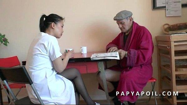 Vovô fode uma enfermeira asiática