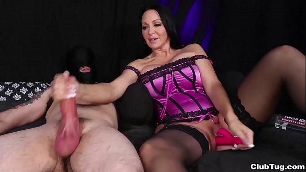 Brenda Boobies masturba pau que esguicha muito esperma