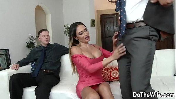 Milf Claudia Valentine recebe uma foda na frente do marido