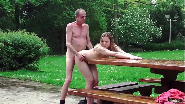 Novinha vagabunda transa com um cara velho