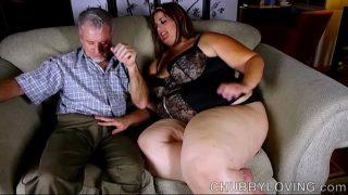 Obesa peituda recebe uma ejaculação facial