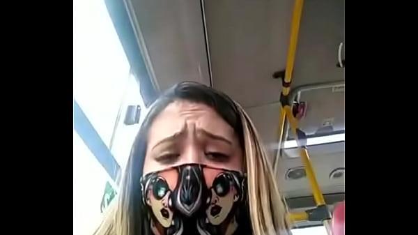 Putinha portuguesa masturba-se no autocarro até esguichar