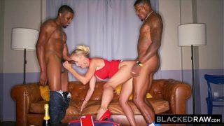 Sexo a três com dois negros e uma loira sexy