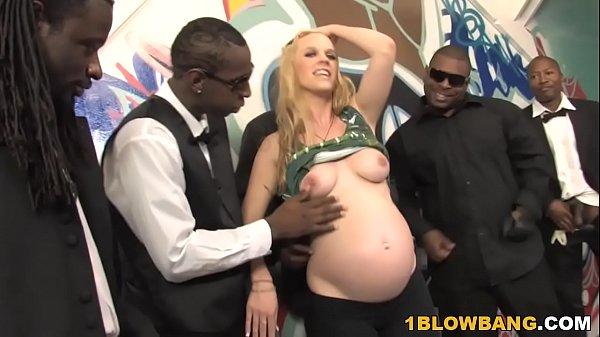 Vadia grávida tem desejo de foder por muitos negros em gangbang