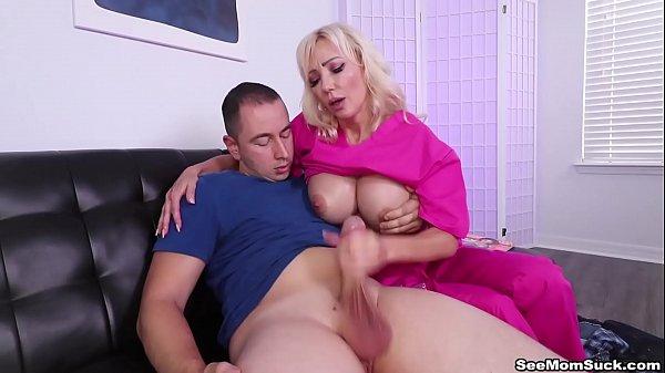 Victoria Lobov masturba o enteado no sofá